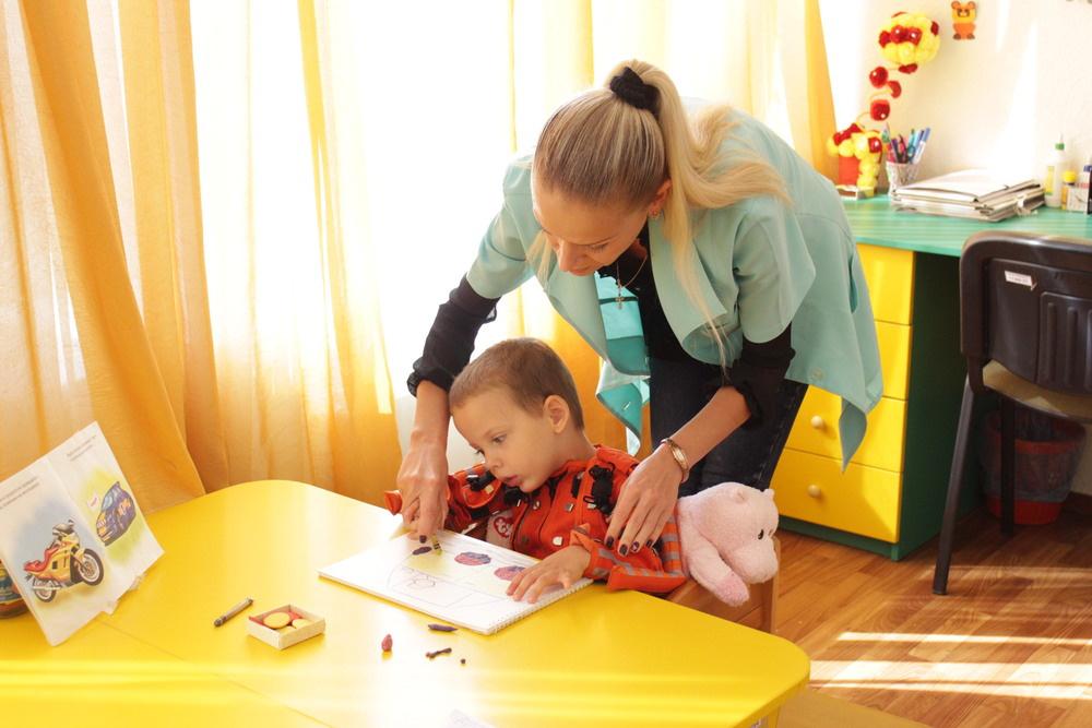 работа дефектолога с ребенком с аутизмом