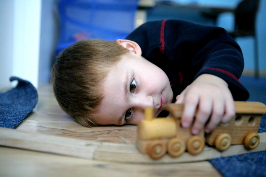 ребенок аутист играет